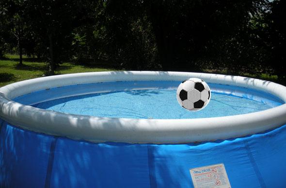 zwembad met voetbal