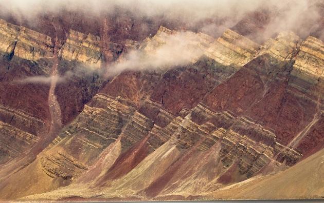 Fjord wanden met sedimentaire lagen, Scoresby Sound, East Greenland. by Frans Lanting.